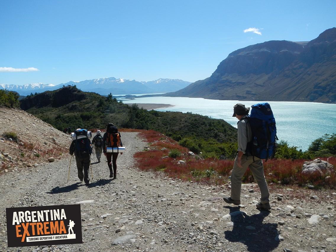 Camino bordeando Lago San Martin