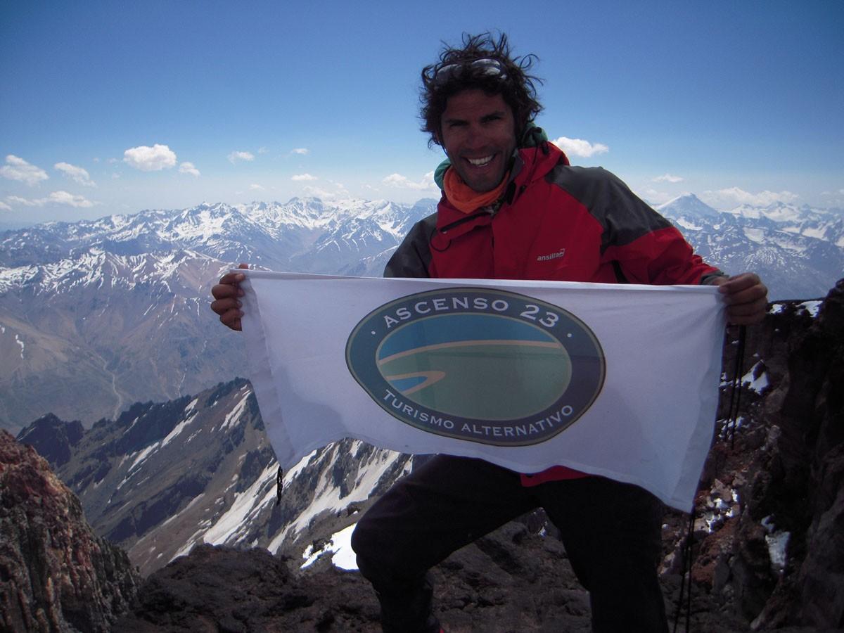 bandera en la cumbre el sosneado