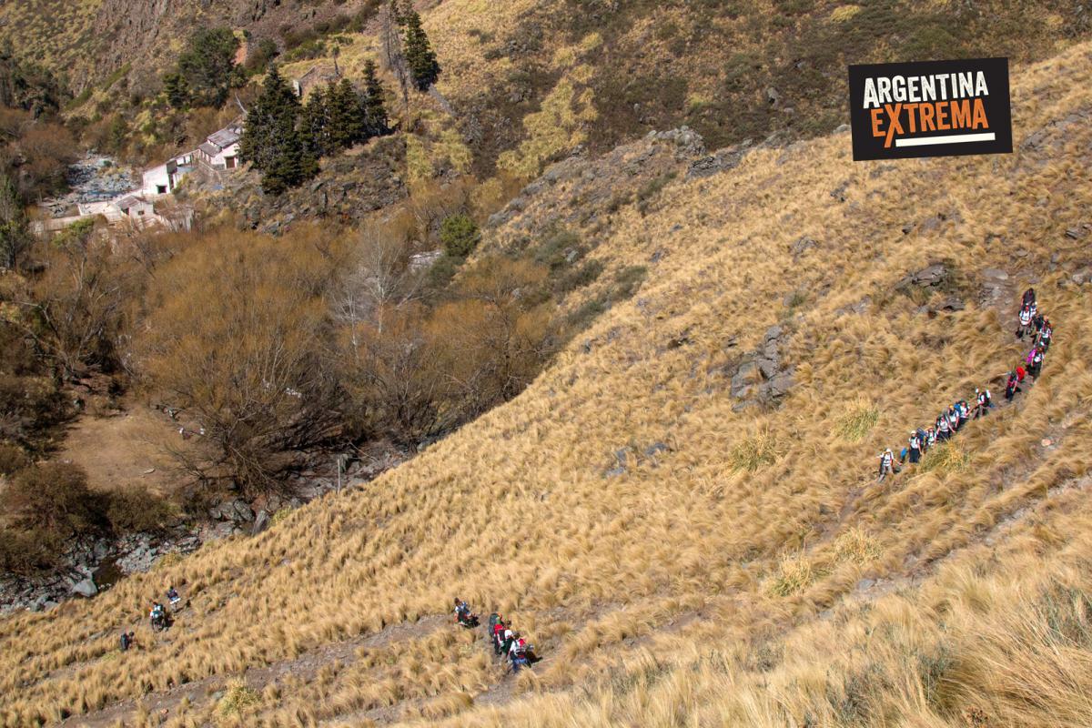 Descenso a Pueblo Escondido - Trekking en la sierra de los Comechingones
