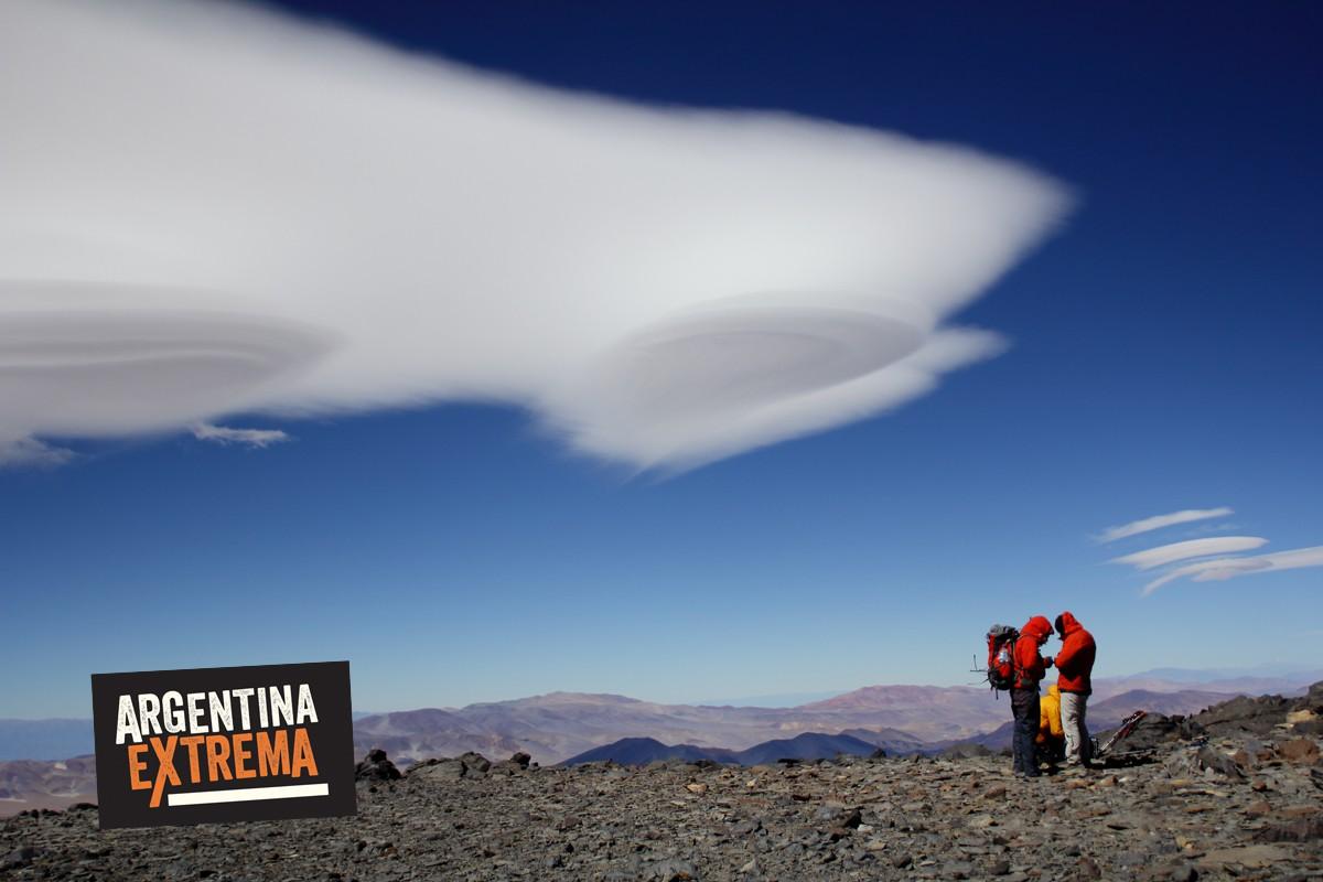 Nubes sobre un festejo de cumbre en el volcan San Francisco