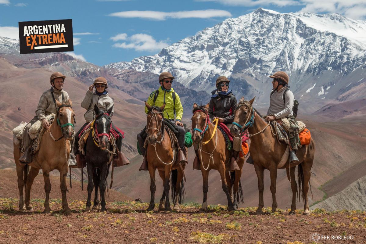 Grupo Cabalgata con la Pared Sur del Cerro la Ramanda de Fondo (6384 msnm)