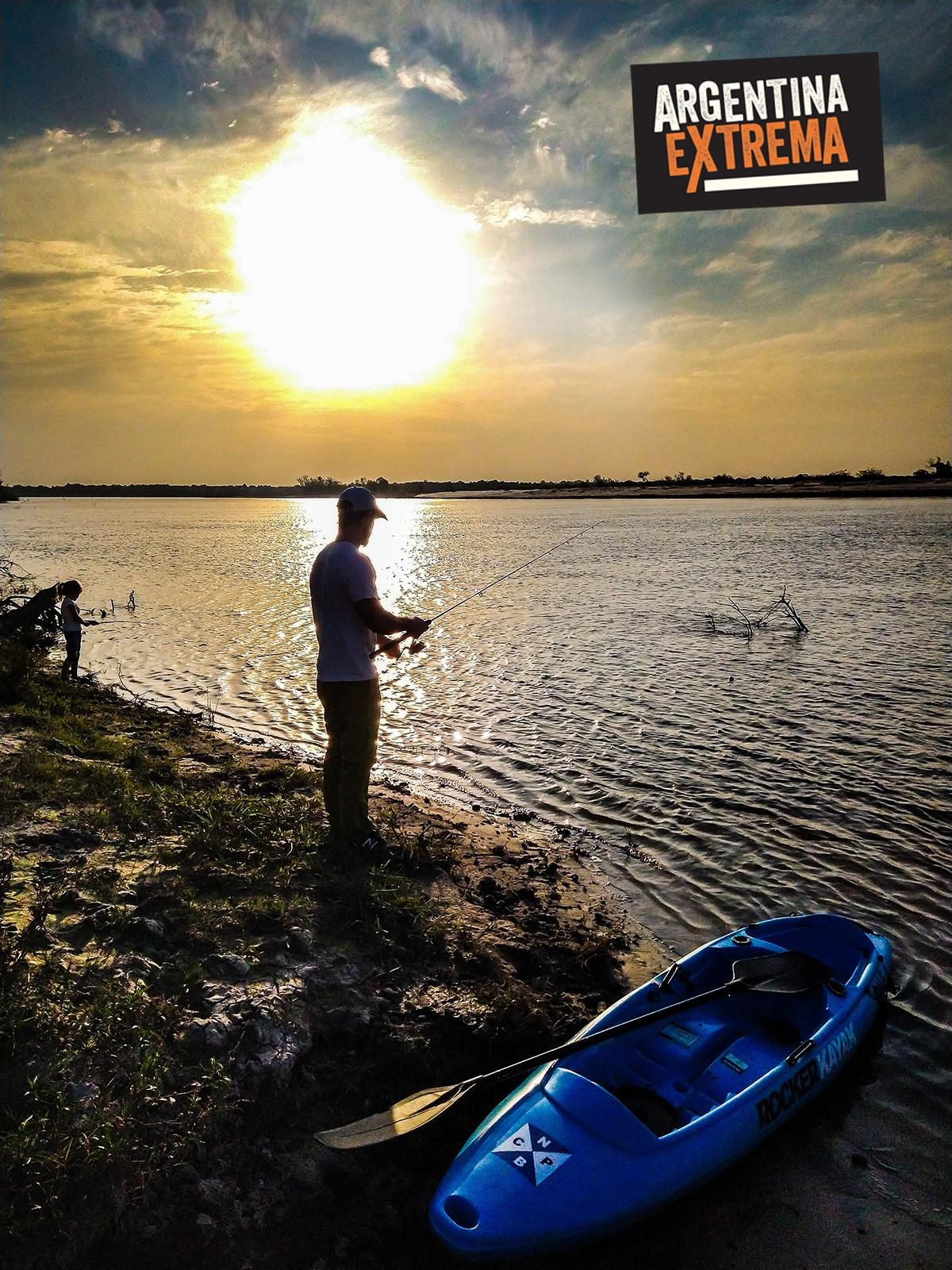 Atardecer, pesca y kayak sobre el Rio Corrientes