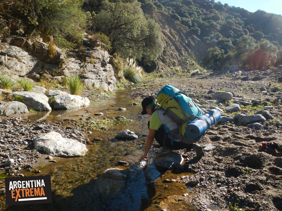 cargar agua arroyo mochila de trekking trekking