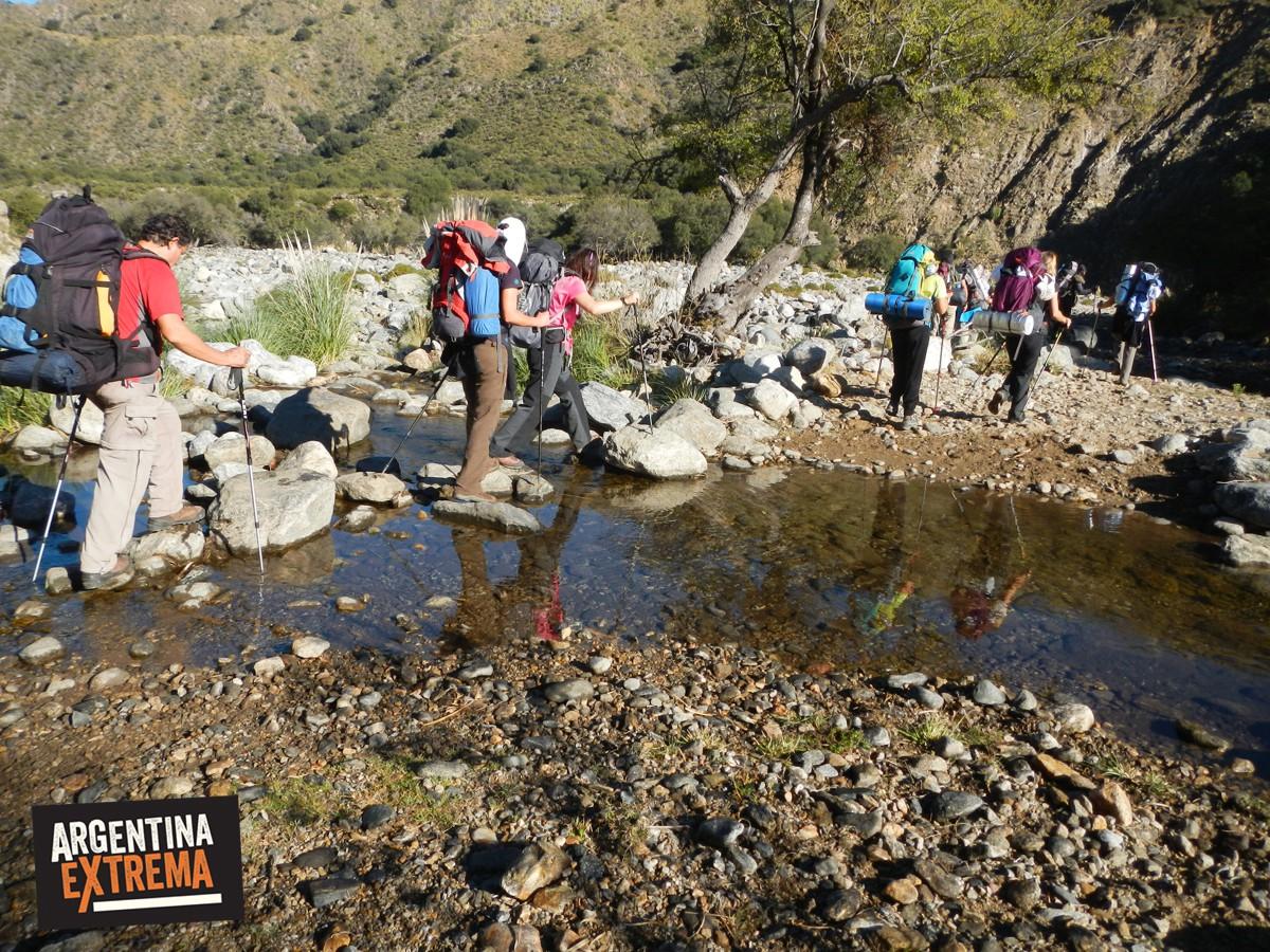 cruce arroyo trekking sierras de san luis