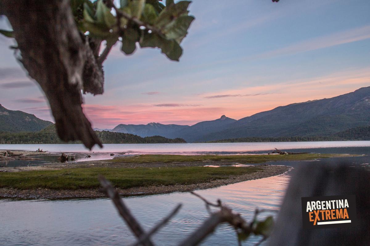Atardecer sobre el Lago Lacar - Cruce de los Andes en MTB