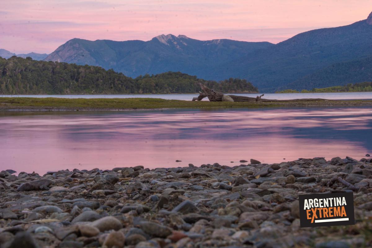 Atardecer sobre el Lago Lacar - Cruce de los Andes en Bicicleta