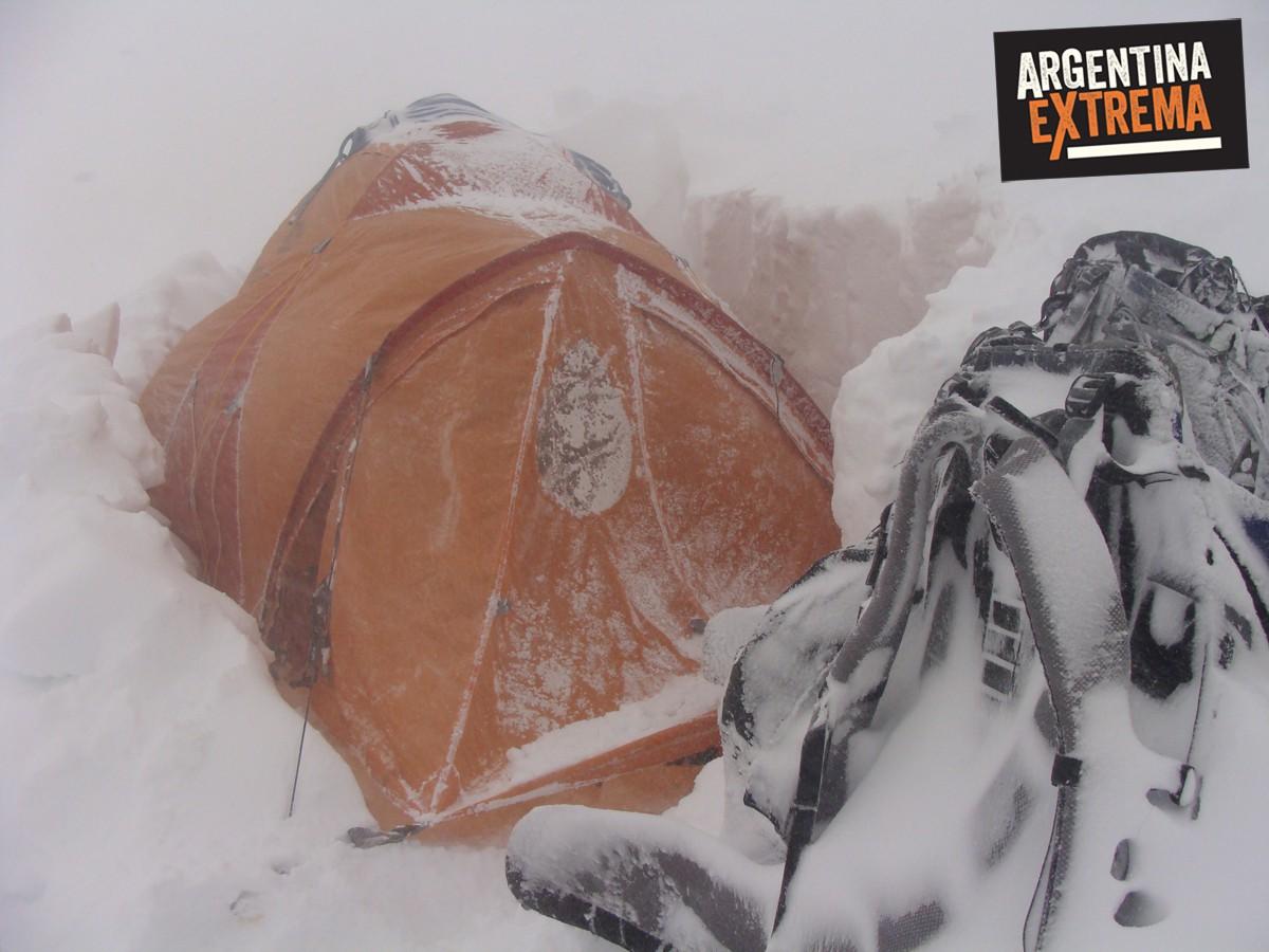 campamento con nevada