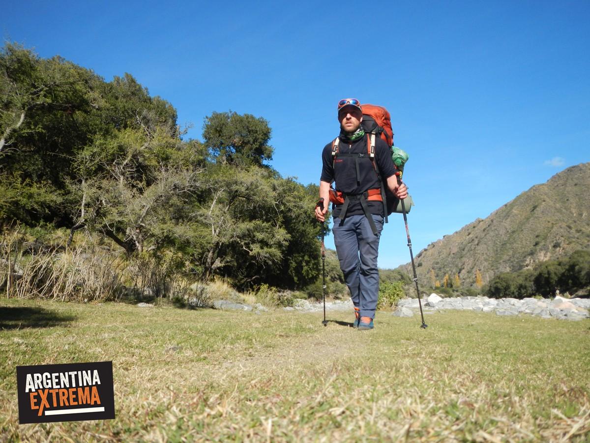 haciendo trekking sierras caminar en la montaña