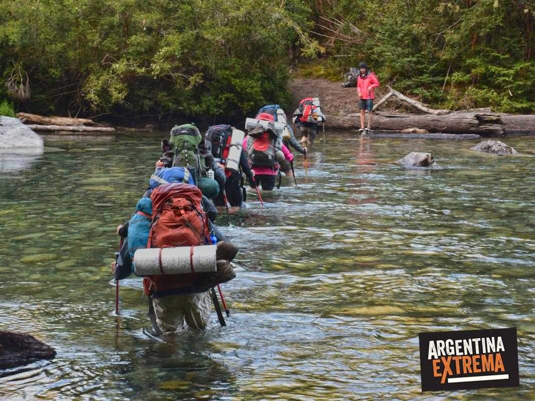 Vadeo cruce de rio en Trekking